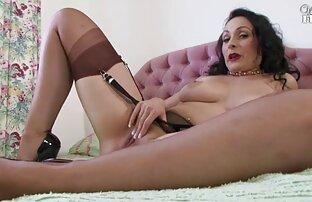 یک عکاس با تجربه یک مدل جوان را برای داشتن سكسي اجنبي ساخن رابطه جنسی در استودیوی خود می چرخد