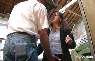 یک زن جوان زیبا با یک سوراخ مقعد محکم در اطراف مواقع اباحية ساخنة آلت تناسلی ضخیم حرکت کرد